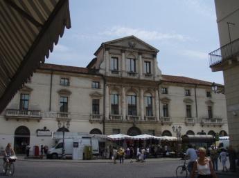 Vicenza 8 column building